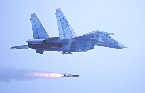 资料图片:俄军苏-30战机试射R-77中距空空导弹。(图片来源于网络)