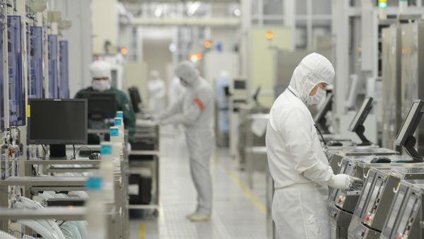 资料图:工作人员在日本茨城县瑞萨电子公司工厂内工作。(新华社)