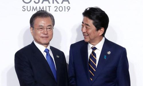 G20峰会,安倍晋三与文在寅握手8秒后各自离开。(韩联社)