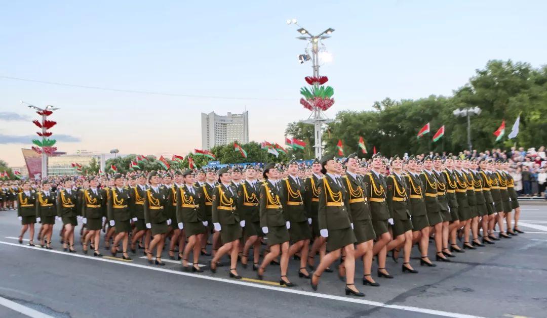 当地时间3日晚,在白俄罗斯首都明斯克,白俄罗斯女兵参加独立日阅兵式。新华社记者魏忠杰摄