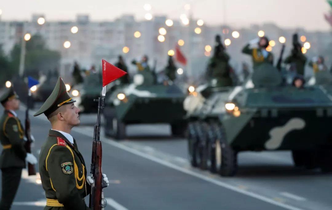 7月3日,在白俄罗斯首都明斯克,军人参加阅兵式。新华社/路透