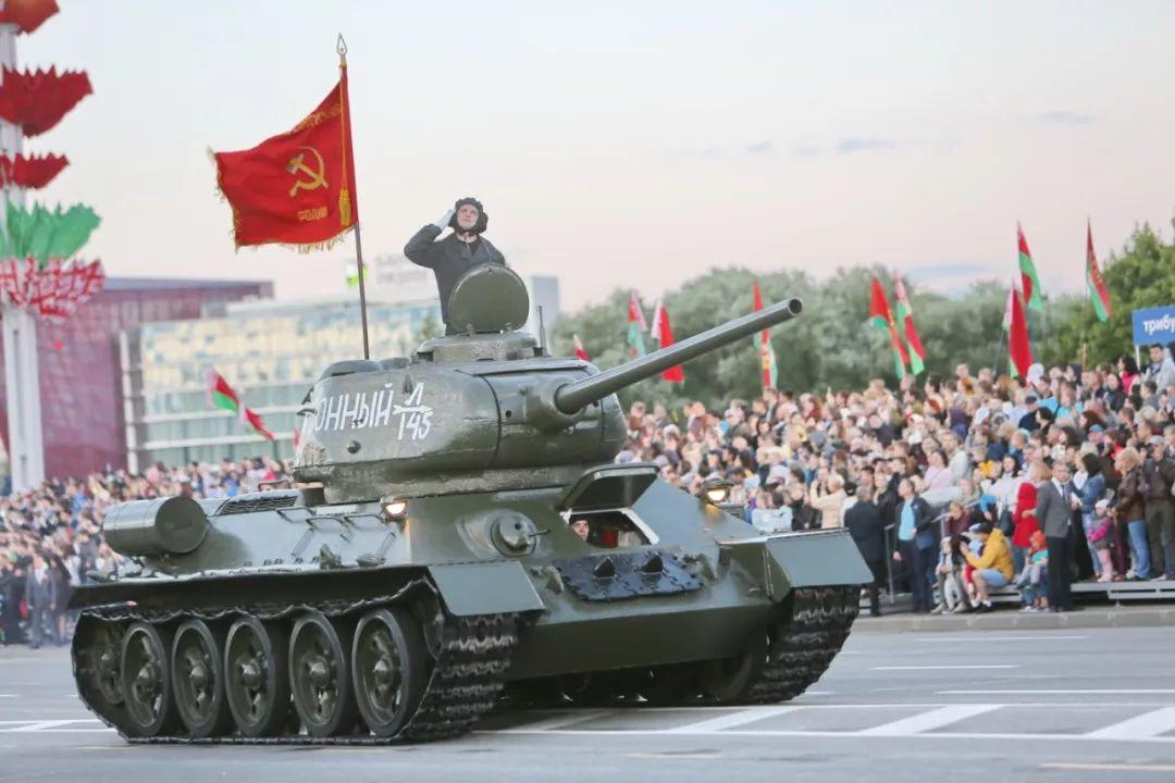 当地时间3日晚,在白俄罗斯首都明斯克,T-34功勋坦克参加白独立日阅兵式。新华社记者魏忠杰摄