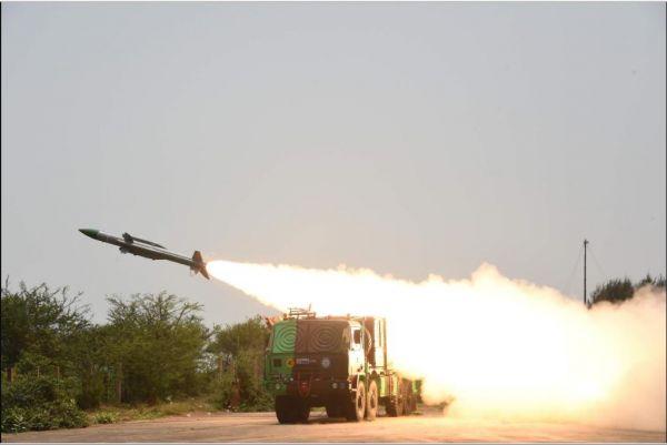 """资料图:印度""""天空""""地空导弹发射瞬间(《新印度快报》网站)"""