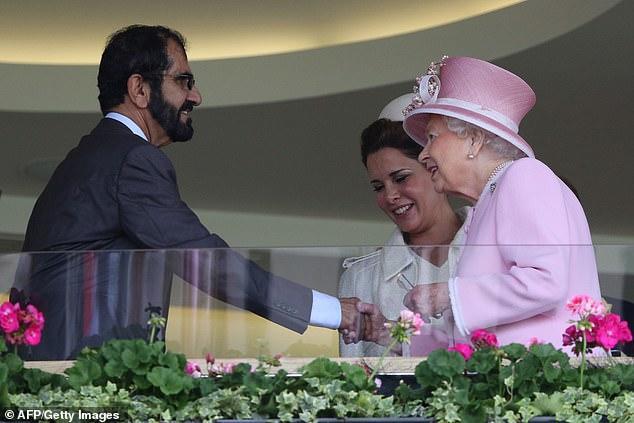 穆罕默德和哈雅王妃同英国女王。每日邮报