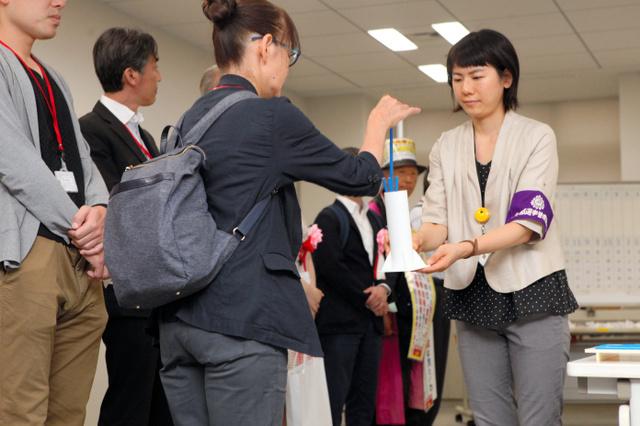 在新宿办手续的各党派工作人员(日本《朝日新闻》)