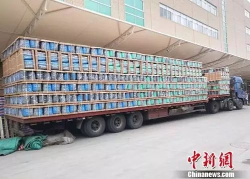 装满分类垃圾桶的卡车。