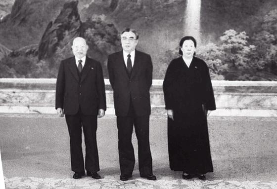 崔德新(左侧)及夫人柳美英(右侧)生前与金日成的合影 图朝鲜中央日报