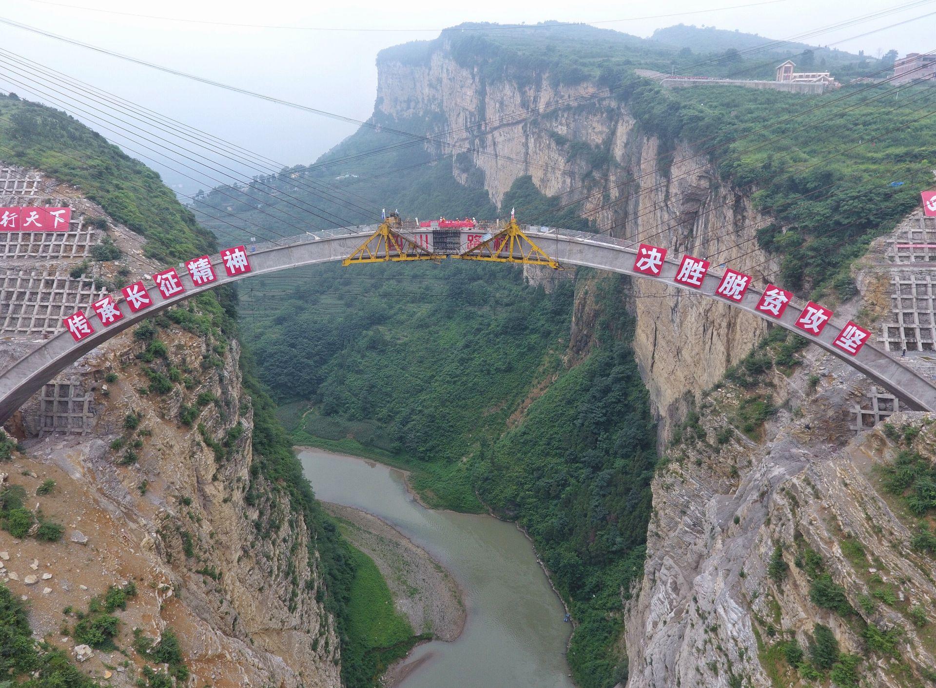 正在进行主拱圈合龙施工的鸡鸣三省大桥(新华社)
