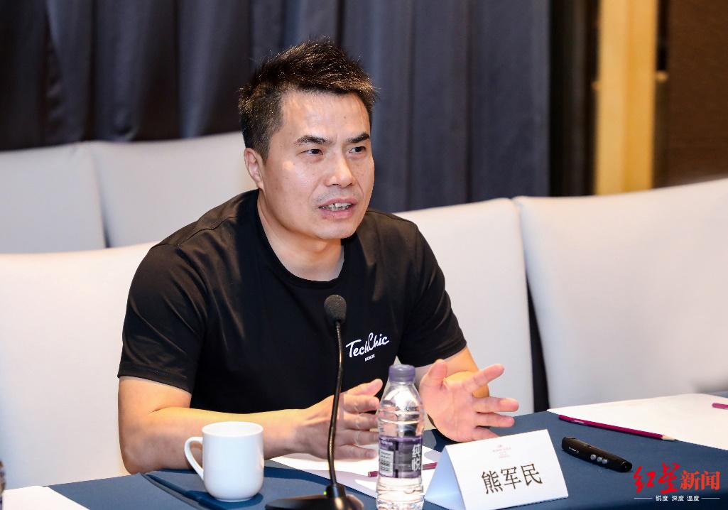 ↑荣耀产品副总裁熊军民