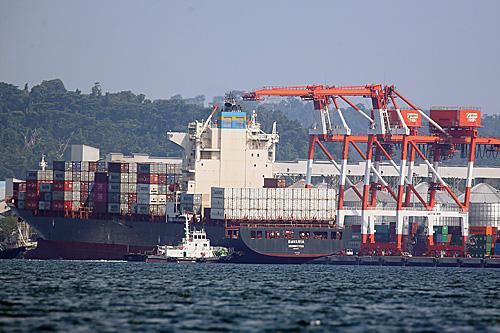一艘加拿大政府派遣的货船停泊在菲律宾北部苏比克湾自由港,准备将6年前堆放在菲律宾的69箱垃圾运离。(新华社)