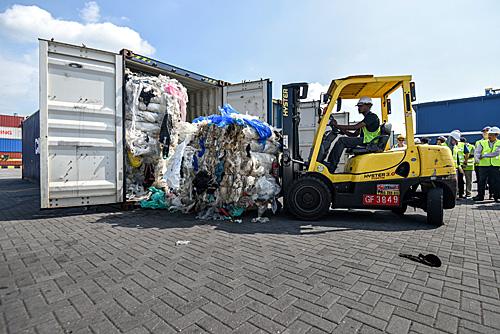 在马来西亚巴生港,马来西亚能源、科技、气候变化与环境部工作人员展示塑料废物。(新华社)