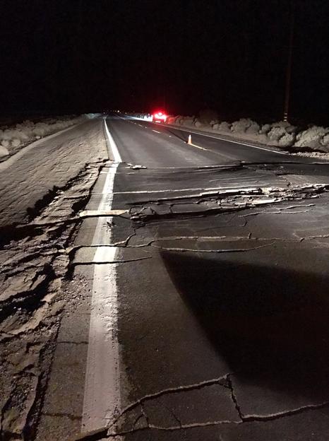 (通往震中地带的178号国道也因地震发生变形,图源:CNN、推特)