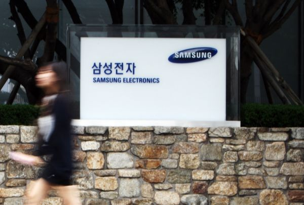 资料图:一名行人从韩国首尔三星电子门前经过。 (新华社)