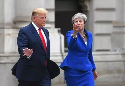 2019年6月4日,英国伦敦,英国首相特雷莎·梅与到访美国总统特朗普在去记者会的路上。新华社/法新