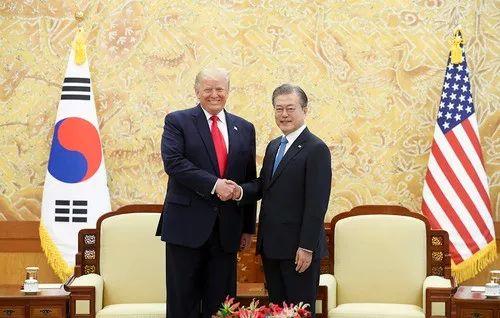 6月30日,在韩国首尔,韩国总统文在寅(右)和美国总统特朗普握手。新华社发