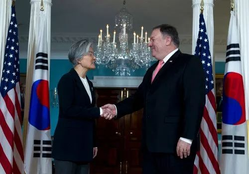 2018年12月6日,在美国华盛顿,美国国务卿蓬佩奥(右)与韩国外长康京和握手。新华社/美联
