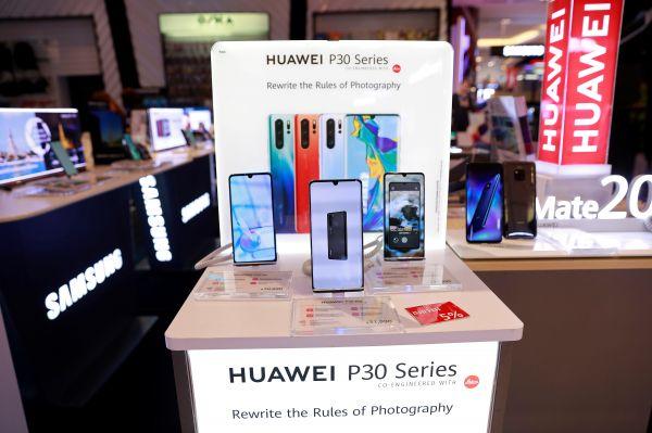 资料图片:泰国曼谷,一家购物中心手机专卖店正在展示华为P30手机。(路透社)