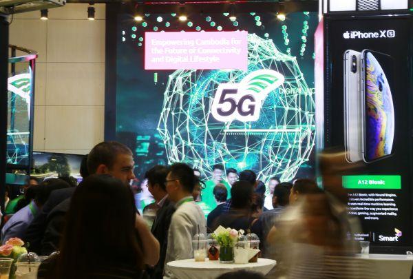 7月8日,在柬埔寨金边举行的Smart Axiata首场5G现场测试会上,华为无线网络负责人在现场发言。(路透社)