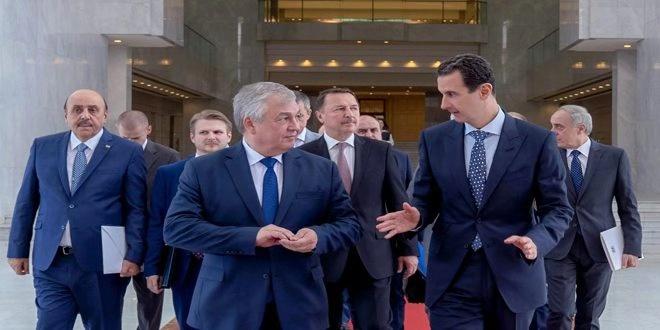 △叙利亚总统巴沙尔·阿萨德(前排右一)与俄罗斯总统叙利亚问题特使拉夫连季耶夫(前排左一)交谈,图片来自于叙利亚国家通讯社