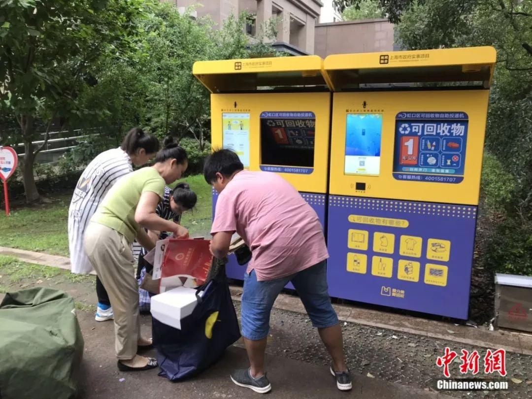 居民在周春团队指导下进行垃圾分类。王子涛摄