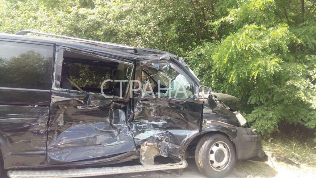 乌克兰总统车队车祸  一车超车时侧翻掉入沟渠
