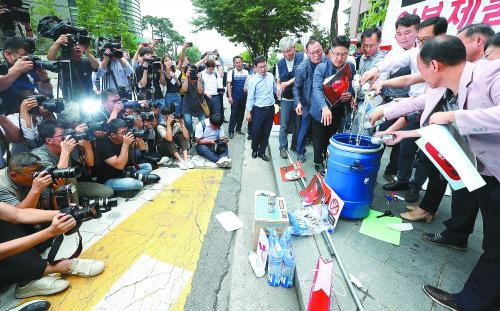 15日,一些韩国中小企业主来到位于首尔的日本大使馆外集会,抗议日本对韩国的出口限制。