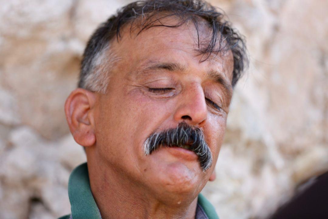 2019年7月3日,在伊拉克摩苏尔老城,哈立德在自己被摧毁的房屋旧址上哭泣。新华社发(哈利勒·达伍德摄)