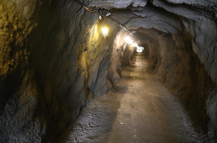 阿依果孜矿洞内部,温度接近零度。范凌志摄