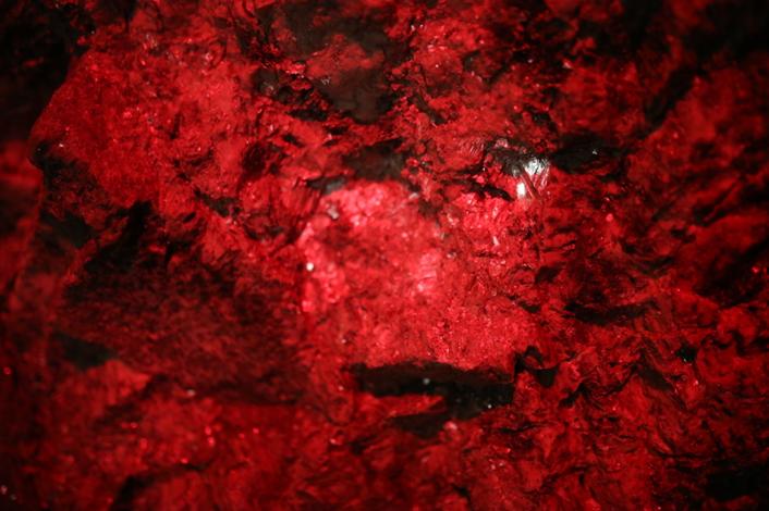阿依果孜矿洞的墙壁上,随处可见闪闪发亮的矿石。范凌志摄