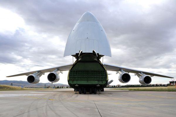7月12日,在土耳其安卡拉,一架大型俄罗斯运输机在穆尔特德空军基地卸货。 新华社发(土耳其国防部供图)