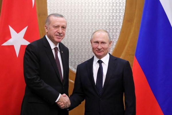 2月14日,在俄罗斯索契,俄罗斯总统普京(右)会见土耳其总统埃尔多安。