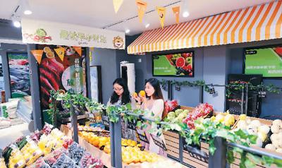 """苏宁小店主打生鲜、果蔬、热鲜食等品类,致力打造成社区的""""共享冰箱""""。图为苏宁小店内景。   (苏宁供图)"""