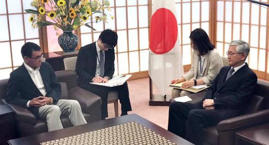 19日,日本皮毛(左)召见韩国驻日大使(图源:韩联社)