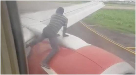 客机正要在尼日利亚起飞 男子爬上机翼称想去加纳