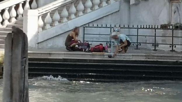 两人在威尼斯桥上煮咖啡被罚950欧元 还被赶出城