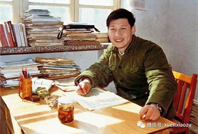 1983年,习近平在河北正定办公室里。