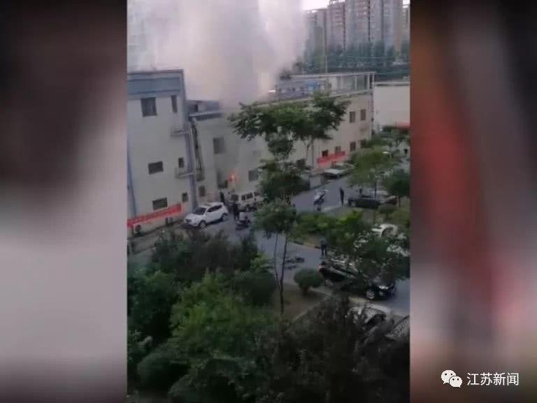 温暖!消防员冒高温灭火 扬州15岁女孩...