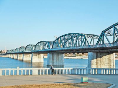 凌驾大同江的大同桥是朝鲜战争停战后,中国群众志愿军为朝鲜建设的第一座跨江大桥。  本报记者 莽九晨摄