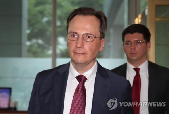 俄罗斯驻韩使馆临时代办马克西姆·沃尔科夫抵达韩国外交部。(韩联社)