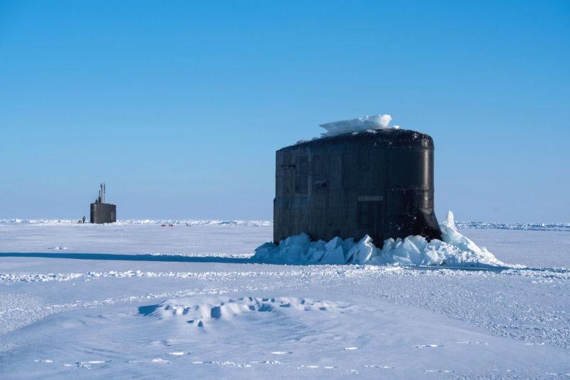 美国海军核潜艇在北极破冰上浮