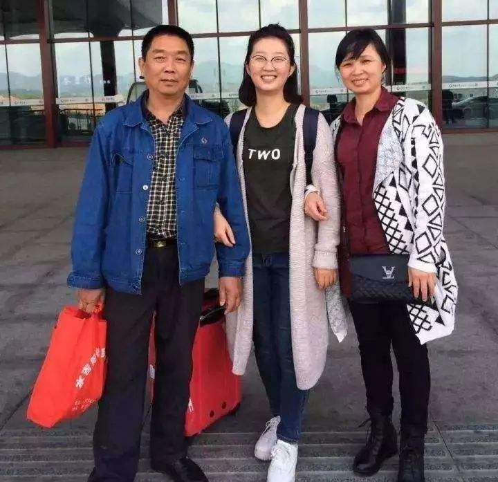 章莹颖和父母最后一次见面的合影。(图源:美国中文网)