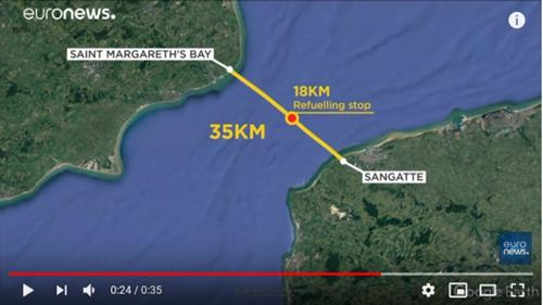 扎帕塔在海峡中部补充燃料时掉入海中图源:欧洲新闻台视频