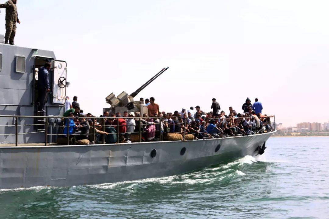 2017年5月10日,300余名得救的不法移民被送往利比亚的黎波里。新华网发(哈姆扎·图尔基亚摄)