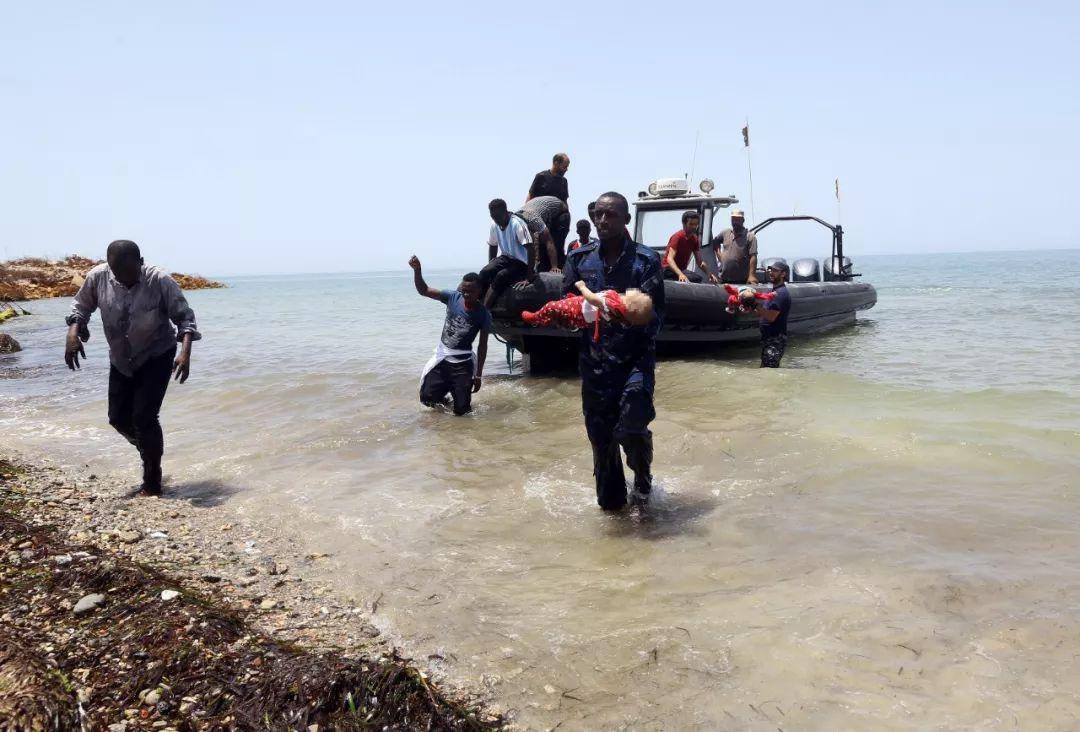 2018年6月29日,利比亚海岸警卫队队员抱着溺亡儿童的尸首在利比亚都城的黎波里以东海疆登岸。新华网发