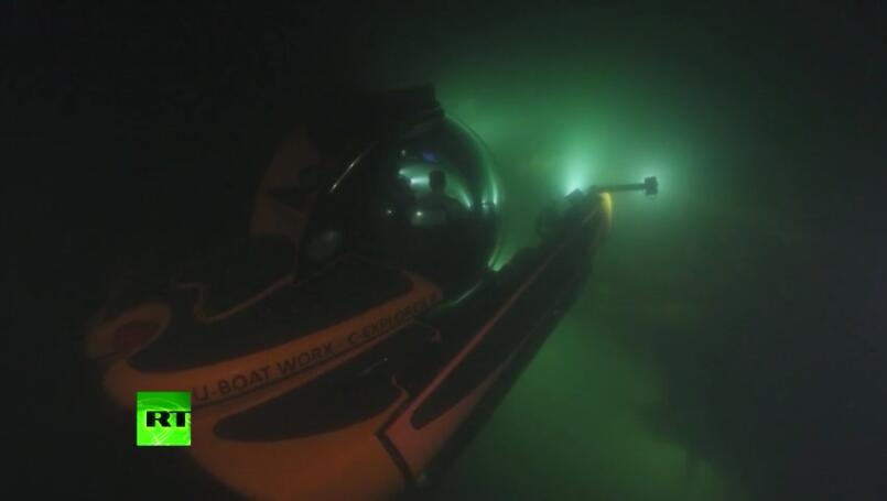 普京搭乘潜水器潜入波罗的海。图源:RT