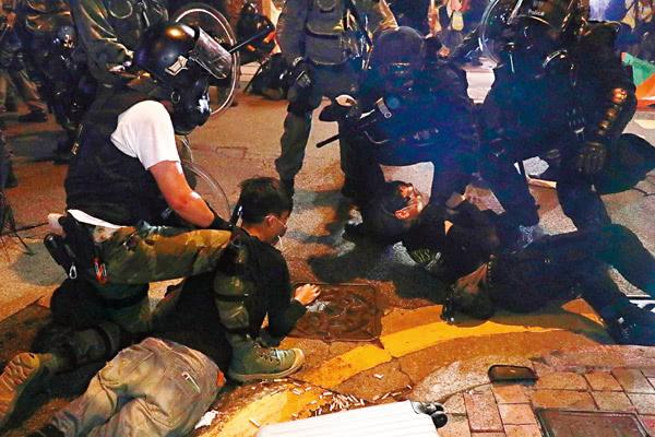 香港警方抓捕暴徒 图片来自港媒