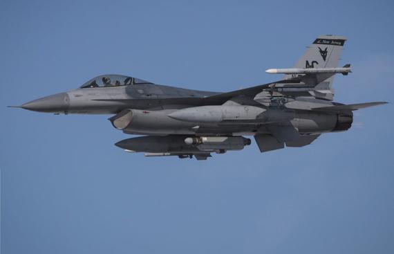 (挂载AN / ALQ-131吊舱的F-16战机)