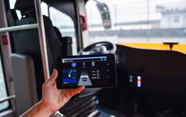 资料图片:技术人员展示智能驾驶公交车阿尔法巴的智能设备监看界面。(新华社)