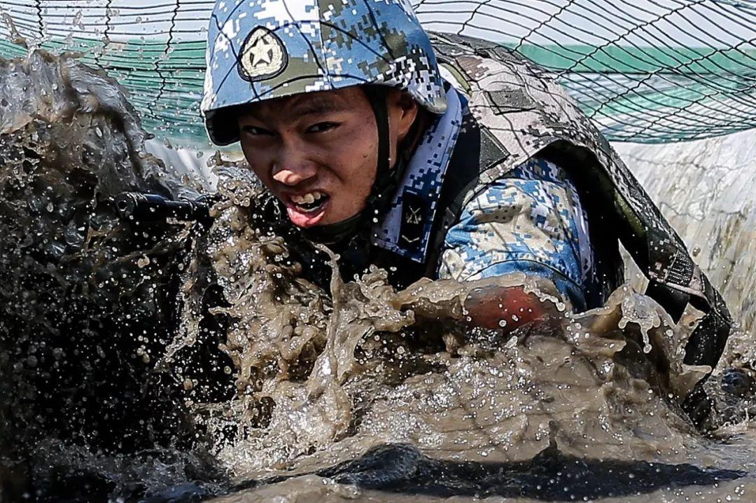 ∆当地时间2016年8月3日,中国海军士兵在俄罗斯参加2016国际军事竞赛海上突击比赛。