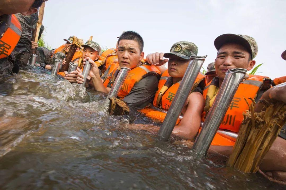 ∆ 2016年7月,解放军官兵用身驱筑起一道堤坝。 万家团圆, 他们守护家国安宁。